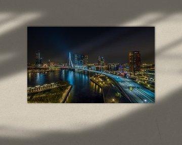 Die Skyline von Rotterdam mit der Erasmus-Brücke in der Nacht von MS Fotografie | Marc van der Stelt