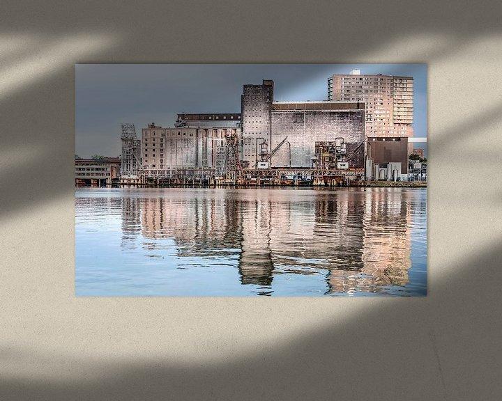 Sfeerimpressie: De Maassilo gespiegeld in de Maashaven van Frans Blok