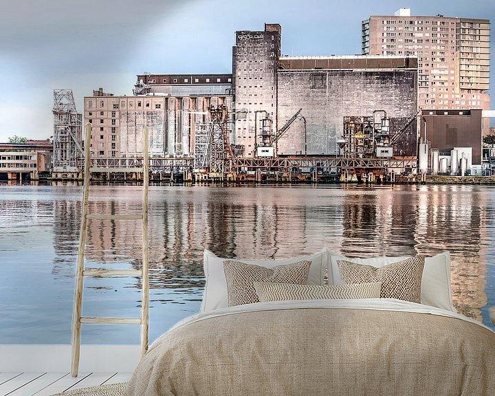 Sfeerimpressie behang: De Maassilo gespiegeld in de Maashaven van Frans Blok
