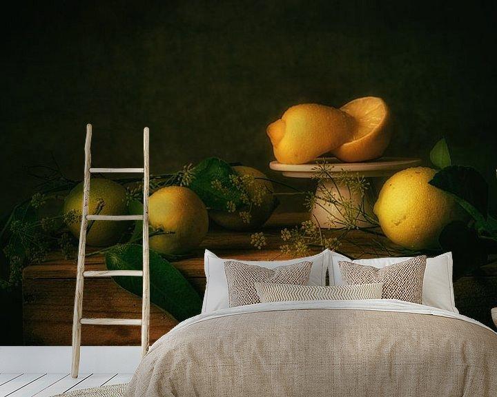 Sfeerimpressie behang: Stilleven citroenen van Monique van Velzen