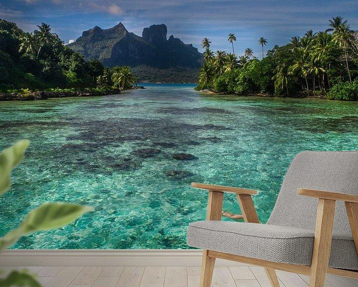 Sfeerimpressie behang: Drijven in lagune van Bora Bora van Ralf van de Veerdonk