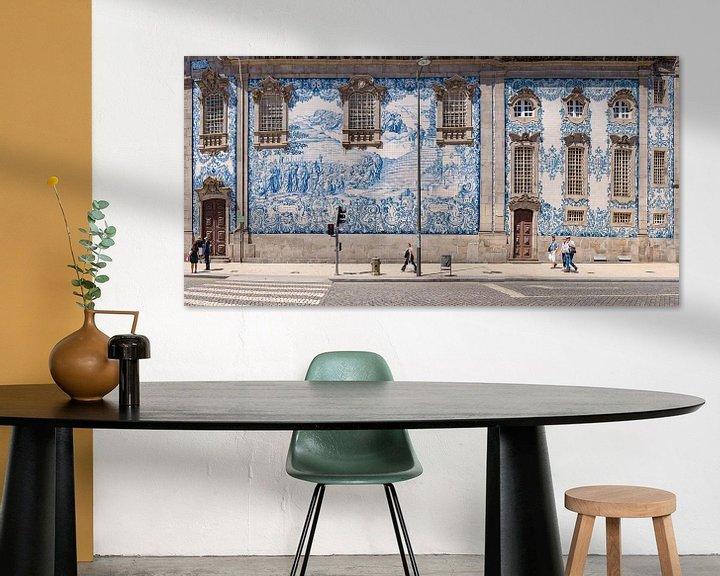 Sfeerimpressie: Azulejos,  blauwe tegels aan de Igreja do Carmo, Porto, Douro Litoral, Portugal van Rene van der Meer