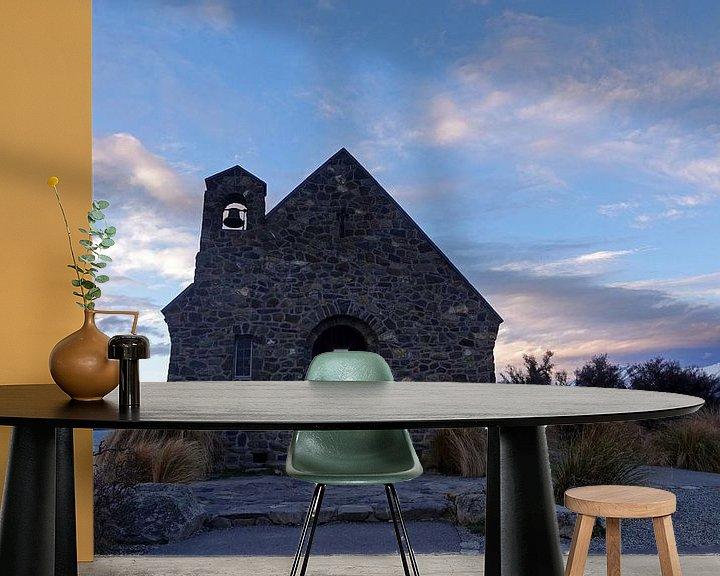Sfeerimpressie behang: Goede Herder Kerk bij het Tekapo meer in Nieuw Zeeland van Aagje de Jong