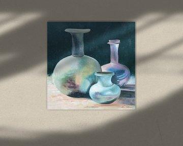 Stilleven van antieke karaffen en vaas in geïriseerde kleuren van Ine Straver