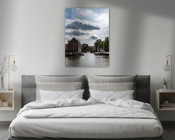 Een gracht in Amsterdam van Paul Tolen