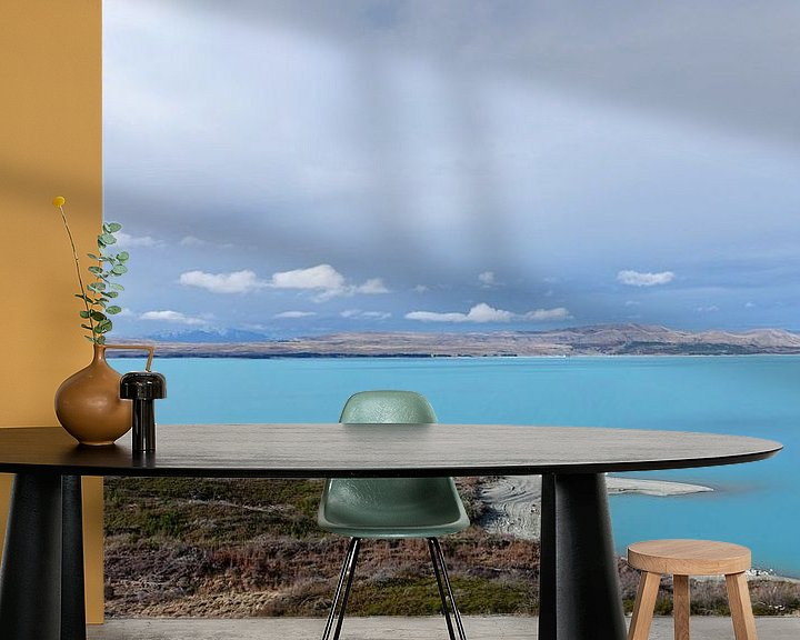 Sfeerimpressie behang: Lake Pukaki, helder blauwe meer  in Nieuw Zeeland van Aagje de Jong