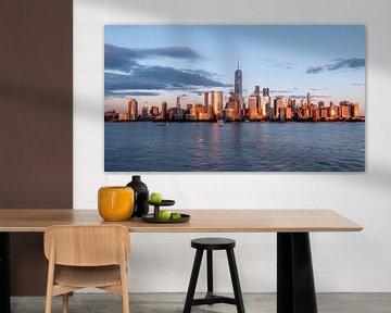 New York City Skyline tagsüber Sonne Wolken blau goldene Stunde von Marieke Feenstra