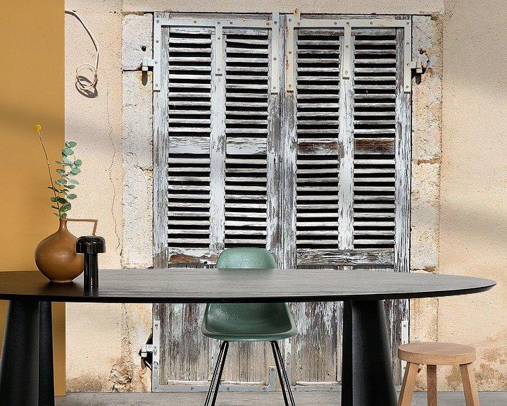 Sfeerimpressie behang: Oude deuren Frankrijk (VT Wonen) van Gijs de Kruijf