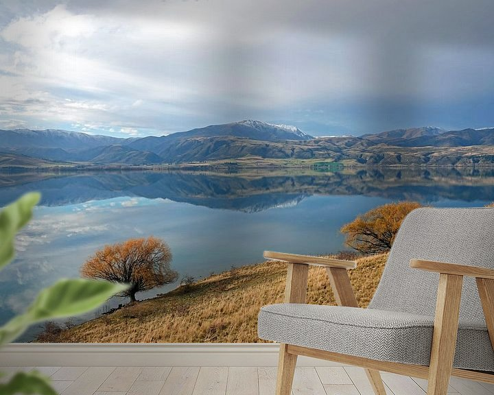 Sfeerimpressie behang: Weerspiegeling in Lake Aviemore in Nieuw Zeeland van Aagje de Jong