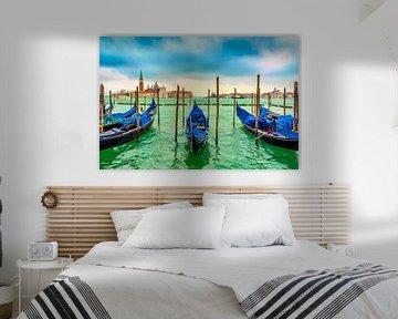 zicht op de wachtende gondels  in het helder groene water van  de Lagune in Venetië Italië