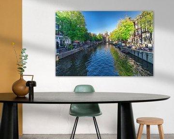 De Keizersgracht in Amsterdam , met zicht op de historische koopmanshuizen  de bruggen  en de kade