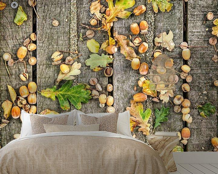 Sfeerimpressie behang: Eikeltjes op een houten vlonder van Frans Blok
