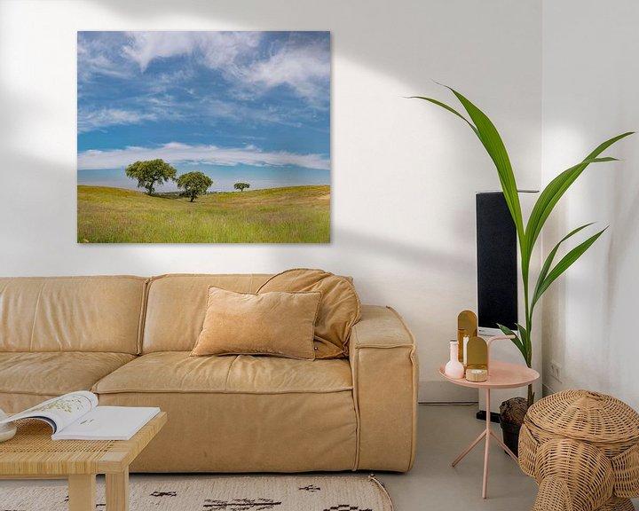 Sfeerimpressie: Eenzame bomen in een golvend landschap, Castro Verde, Alentejo, Portugal van Rene van der Meer
