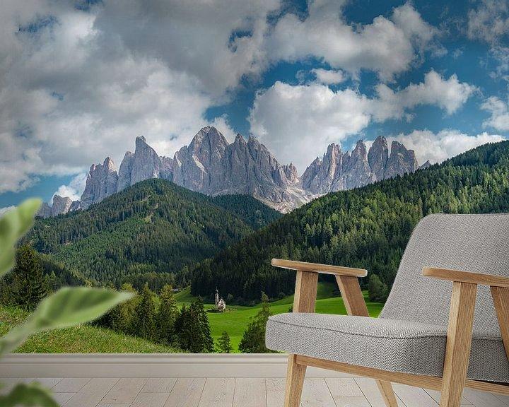 Sfeerimpressie behang: Kirche St. Johann in Ranui, Villnoss Tal, Chiesetta di San Giovanni in Ranui, Val di Funes, Südtirol van Rene van der Meer
