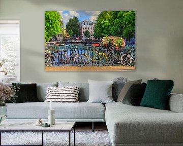 Fietsen op de brug in zomers Amsterdam von Dennis van de Water
