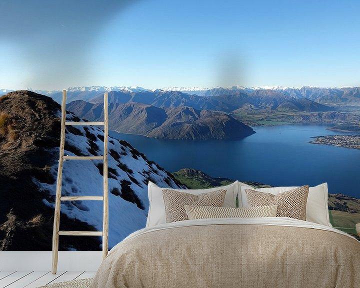 Sfeerimpressie behang: Vanaf Roys Peak uitzicht op Wanaka in Nieuw Zeeland van Aagje de Jong