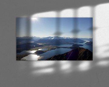 Schitterend uitzicht vanaf de top van Roys Peak over lake Wanaka in Nieuw Zeeland van Aagje de Jong