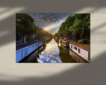 Woonboten in de grachten van Amsterdam van Dennis van de Water