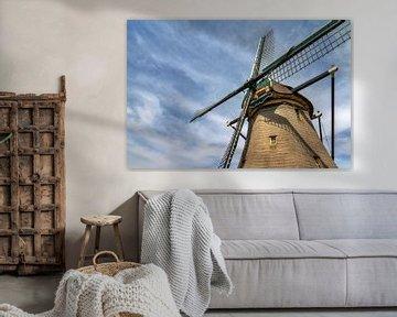 Hollandse molen tegen een blauwe lucht met wolken van Dennis van de Water