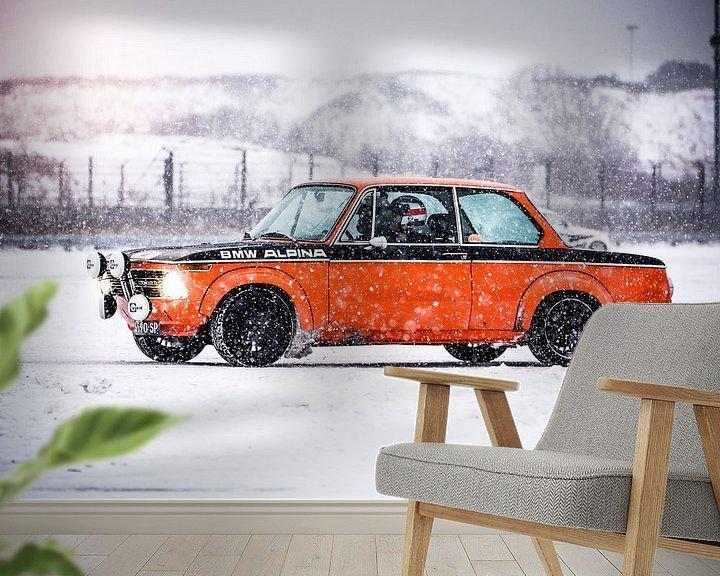 Sfeerimpressie behang: BMW 2002 in de sneeuw van Leon Weggelaar