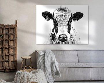 Portrait einer neugierigen Kuh in Schwarzweiss von Jessica Berendsen