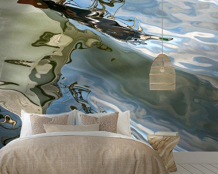 Sfeerimpressie behang: waterspiegeling van een boot gemaakt in een haven van Hanneke Luit