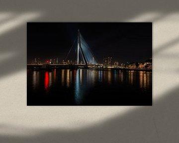 Erasmusbrug Rotterdam bij nacht met de skyline op de achtergrond.