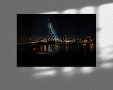 Erasmusbrug Rotterdam bij nacht met de verlichte skyline von Brian Morgan