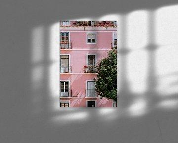 rosa Haus in Lissabon von Jessica Arends