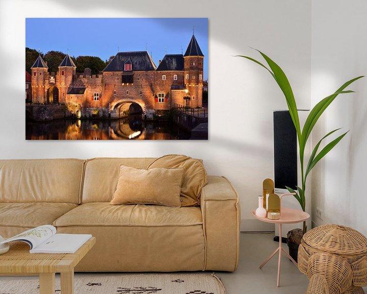 Sfeerimpressie: Koppelpoort in Amersfoort aan het begin van het blauwe uur van Gerard de Zwaan