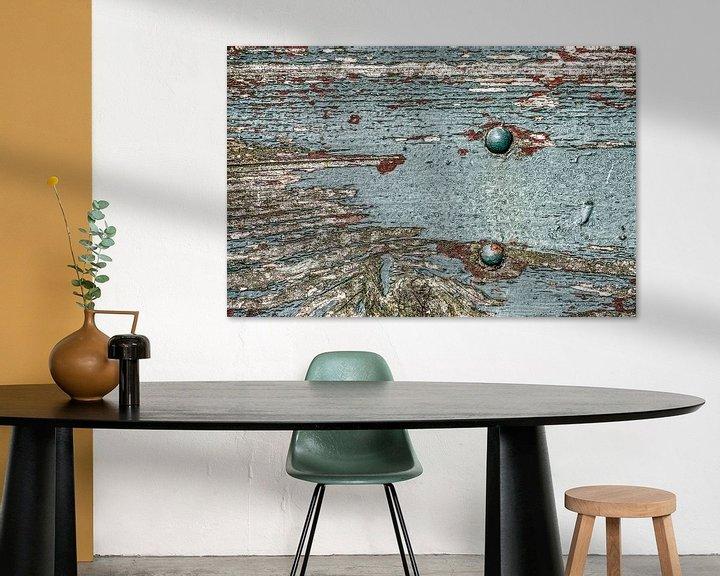 Sfeerimpressie: Verweerde plank met afbladderende verf van Frans Blok