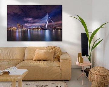 Rotterdam mit der beleuchteten Erasmus-Brücke am Abend von Dennisart Fotografie