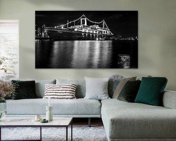 Le SS Rotterdam la nuit en noir et blanc