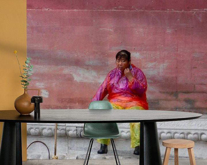 Sfeerimpressie behang: Chinese schoonmaakster in de Verboden Stad van Sylvia Bastiaansen