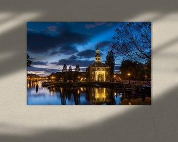 Zijlpoortsbrug en Zijlpoort in Leiden tijdens het blauwe uurtje van Marcel van den Bos