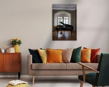 Piano bij open karakteristiek raam met mooie lichtinval van Cor Heijnen
