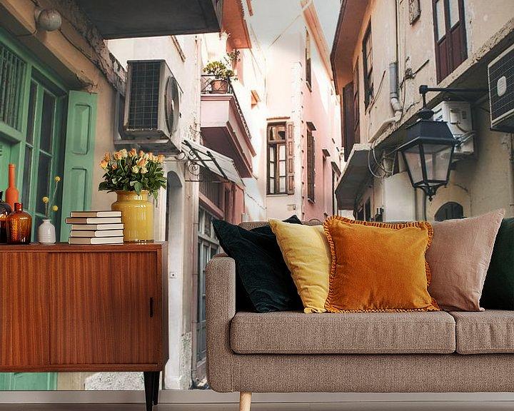 Sfeerimpressie behang: Smalle straatjes in Griekse stad van Rob van Dongen