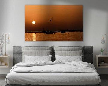 Oranje zonsondergang met de zon die een licht kielzog over de zee maakt van Gea Gaetani d'Aragona