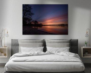 Kleurrijke zonsondergang op Binnenmaas-meer, Hoeksche Waard van Gea Gaetani d'Aragona