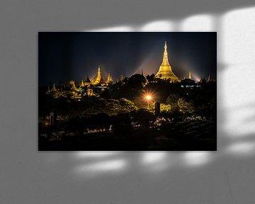 De Shwedagon pagode bij nacht, Yangon, Myanmar sur Annemarie Arensen