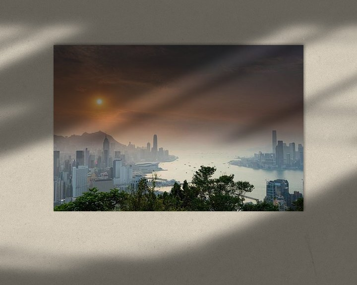 Sfeerimpressie: Zonsondergang over Victoria Harbour Hong Kong van Paul Dings
