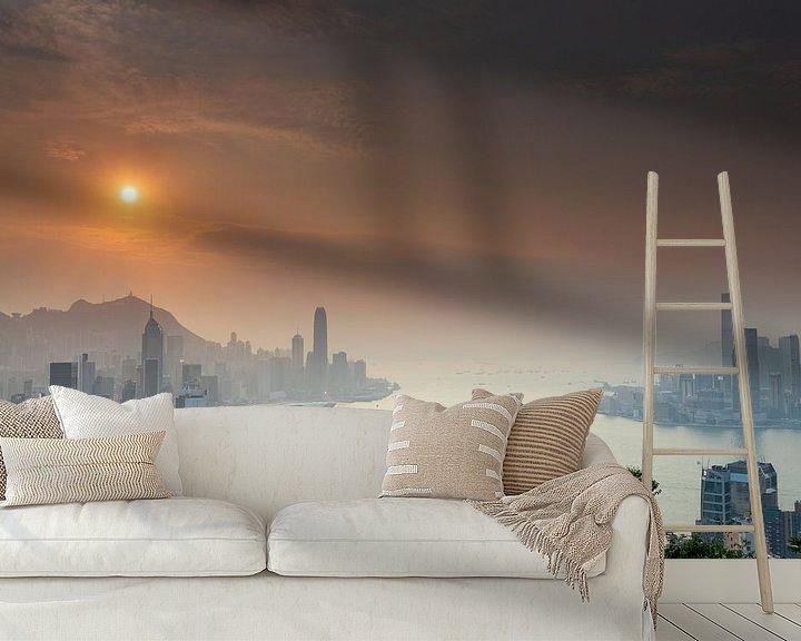 Sfeerimpressie behang: Zonsondergang over Victoria Harbour Hong Kong van Paul Dings