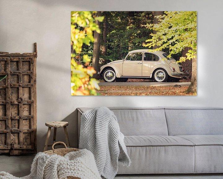 Sfeerimpressie: VW Beetle of de Volkswagen Type 1 klassieke auto in het bos van Sjoerd van der Wal