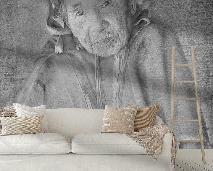 Sfeerimpressie behang: Oude Thaise dame van Anouschka Hendriks