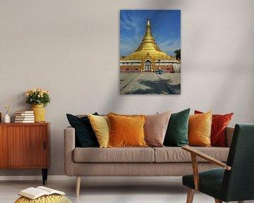Tempel in Lumbini, Nepal van Xandra Ribbers