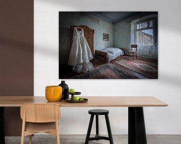 Hochzeitskleid im Schlafzimmer von Inge van den Brande