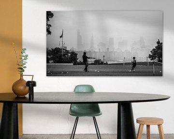 Fussballtraining mit Manhattan im Hintergrund von Rutger van Loo