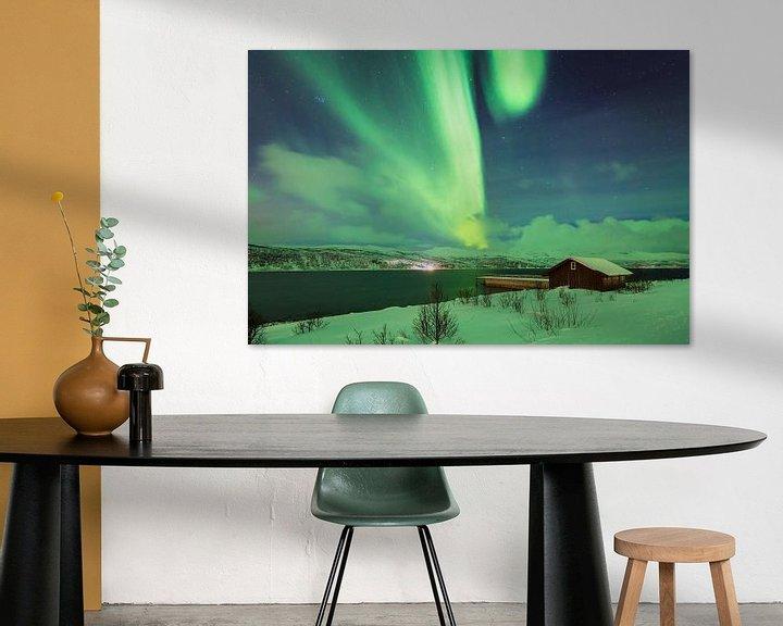 Sfeerimpressie: Noorderlicht boven een fjord van Sander Meertins