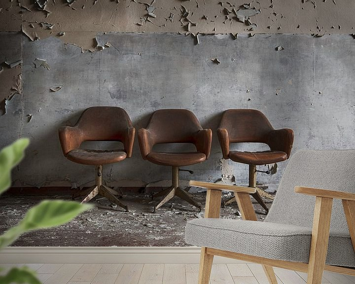 Sfeerimpressie behang: Drie stoelen voor de muur van Manja van der Heijden