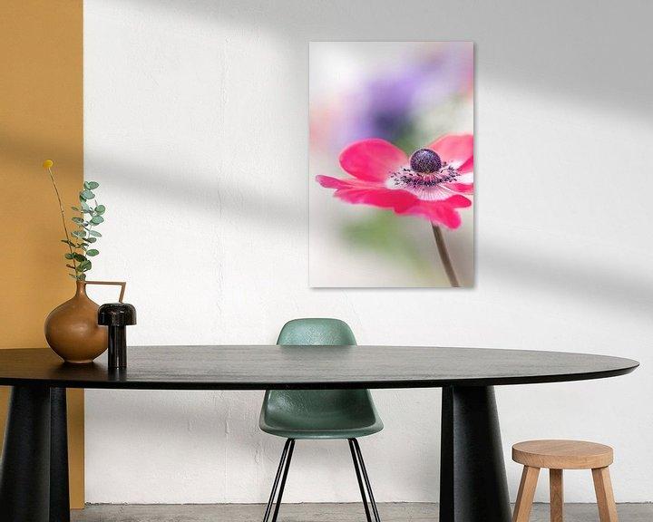 Sfeerimpressie: Proud... (bloem, anemoon) van Bob Daalder